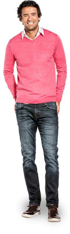 V hals trui voor mannen gemaakt van merinowol in het Roze