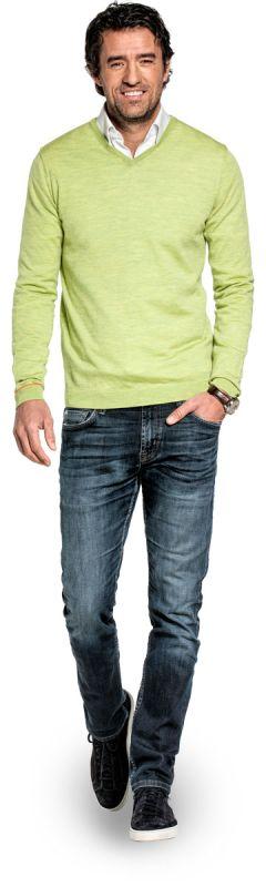 V hals trui voor mannen gemaakt van merinowol in het Felgroen