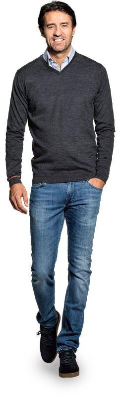V hals trui voor mannen gemaakt van merinowol in het Donkergrijs