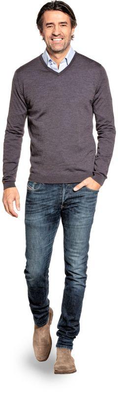 V hals trui voor mannen gemaakt van merinowol in het Bruin